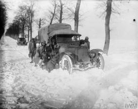 the-french-army-on-the-western-front-first-world-war-1914-1918-a-french-motor-lorry-snowed-up-on-the-hesdin-saint-pol-road-17-december-1917